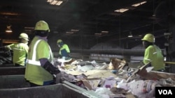"""在美國垃圾處理公司""""共和服務""""(Republic Services)的一個廢品回收廠,工人們在分揀回收來的廢物。"""