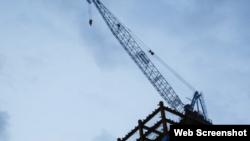 圖為台灣台北一處建築工地上的起重機 。 (2020年7月8日)