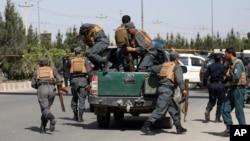 Abajejwe umutekano ba Afughanistani bashitse ahabereye igitero ku bushikiranganji bw'intwaro yo hagati, i Kabul, Afghanistan, itariki 30/05/2018.