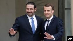 Tổng thống Pháp Emmanuel Macron (phải) cùng Thủ tướng Lebanon Saad al-Hariri trước cuộc hội đàm tại Điện Élysée ở Paris, ngày 18 tháng 11, 2017.
