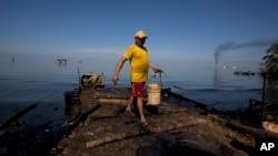 Nelayan Venezuela mencari ikan untuk ditukar dengan beras (foto: dok).