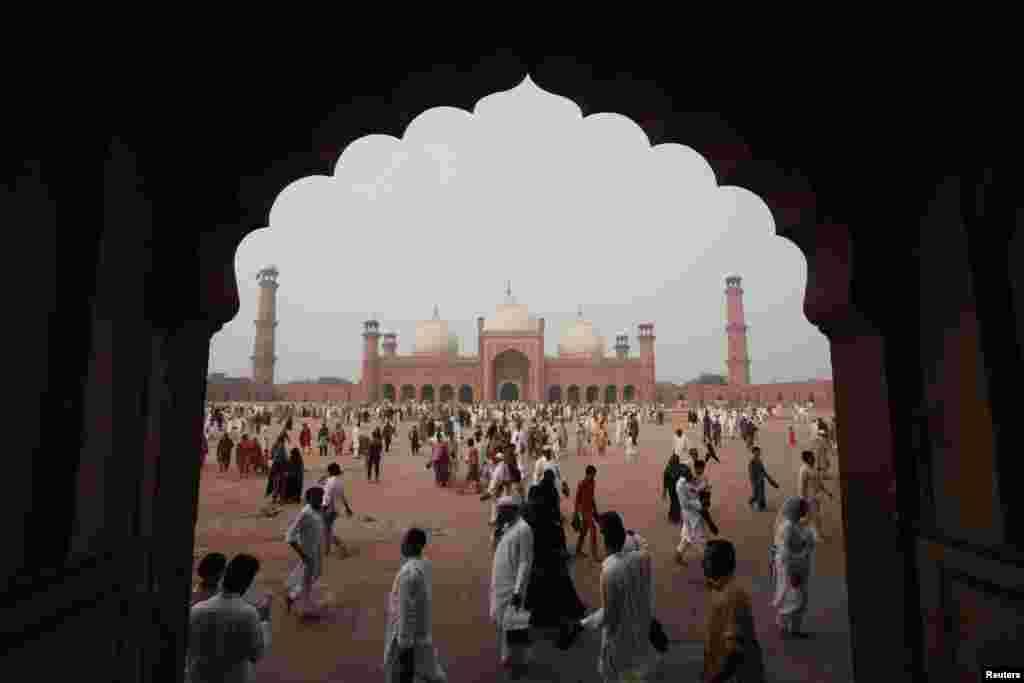 پاکستان میں سرکاری طور پر پیر کو عید الاضحیٰ منائی گئی۔