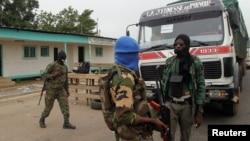 Des mutins à un point de contrôle à l'entrée de Bouaké, Côte d'Ivoire, 15 mai 2015.