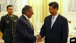 Menteri Pertahanan AS, Leon Panetta (kiri) berjabat tangan dengan bakal pemimpin tertinggi Tiongkok, Xi Jinping di Beijing (19/9).