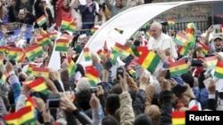El papa Francisco es recibido por los fieles bolivianos en Santa Cruz de la Sierra, Bolivia.