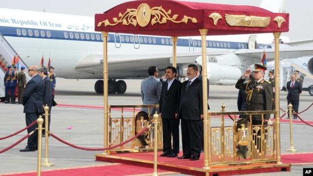 Presiden Iran Mahmoud Ahmadinejad disambut Presiden Mesir Mohamed Morsi dengan upacara kenegaraan di bandara Kairo, Mesir 5 Februari 2013. (Foto: Kantor Presiden Mesir)