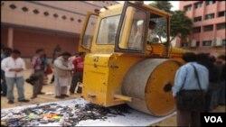 کراچی: بچوں کے کھلونا ہتھیار کیخلاف مہم کےدوران روڈ رولر چلایا جا رہا ہے۔