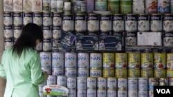 Beberapa perusahaan Tiongkok mencampur produk susu bayi dengan melamine, bahan pembuat plastik yang berbahaya, dalam skandal yang terbongkar tahun 2008.