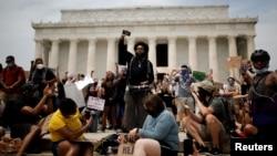 Demonstranti ispred spomenika Abrahamu Linkolnu u Vašingtonu