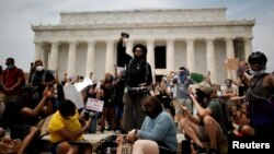 Protestuesit përpara Memorialit të Linkolnit