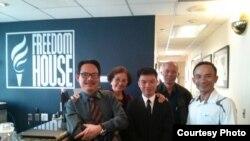 Từ trái: Nhà báo tự do Ngô Nhật Đăng, Nghệ sĩ Kim Chi, Nguyễn Đình Hà, blogger Tô Oanh, Lê Thanh Tùng (FB Anthont Lê).