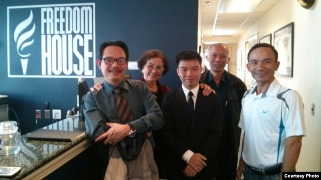 Từ trái: Nhà báo tự do Ngô Nhật Đăng, Nghệ sĩ Kim Chi, Nguyễn Đình Hà, blogger Tô Oanh, Lê Thanh Tùng