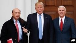 دونالد ترامپ همراه با مایک پنس (راست) و ویلبر راس (چپ) گزینه وزارت تجارت