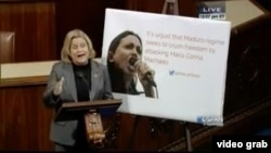 Imágen de video del momento en que la congresista Ileana Ros-Lehtinen hablaba al Congreso con un cartel de María Corina Machado.