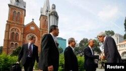 جان کری هنگام ورود به هو شی مین در کلیسای جامع نوتردام مراسم مذهبی را به جا آورد. ۱۴ دسامبر