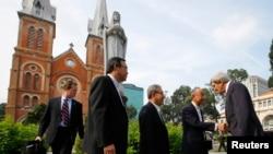 존 케리 장관이 14일 호치민 시의 노틀담 성당을 방문했다.