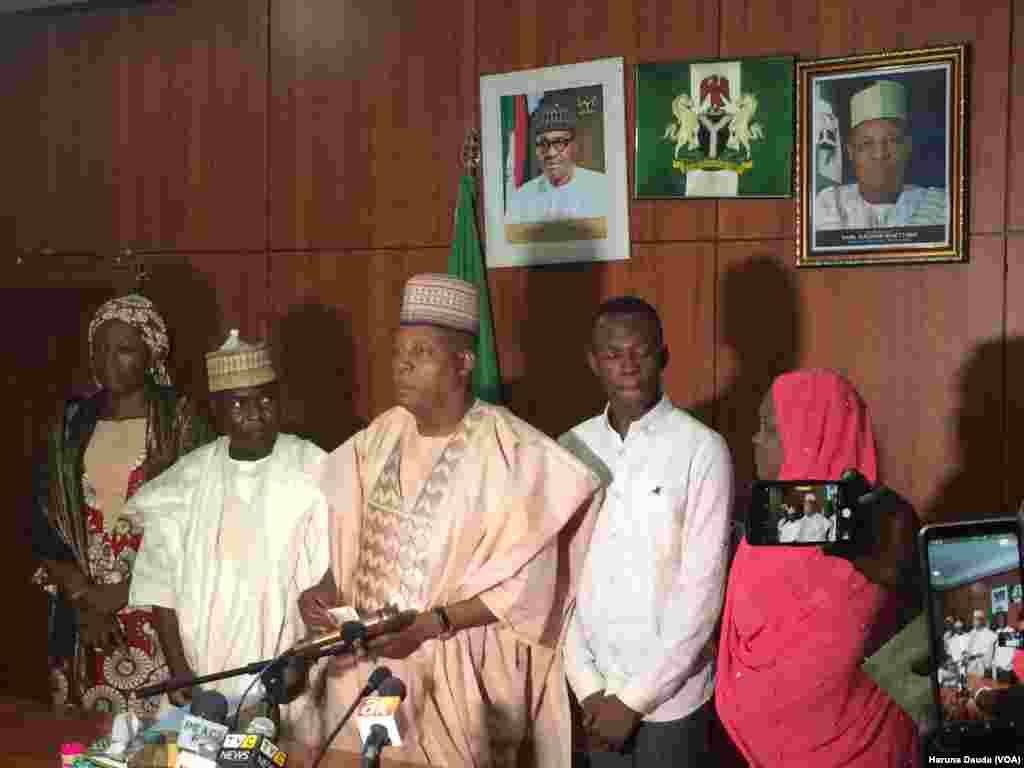 Izreal Zakari Galadima Wanda Ya Samu Makin JAMB Mafi Girma Tare Da Gwamnan Jihar Borno
