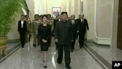 북한 김정일 위원장 사망 2주기를 맞은 17일, 김정은 국방위원회 제1위원장(오른쪽)이 부인 리설주와 함께 김 위원장의 시신이 안치된 금수산태양궁전을 참배했다.
