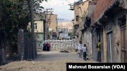 Thị trấn Cizre tiếp tục ở trong tình trạng giới nghiêm và việc đi lại ở đây bị hạn chế rất nghiêm ngặt.