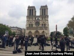 Los franceses y al igual que los turistas obervan los daños causados por el masivo incendio el lunes, 15 de abril de 2019, a la Catedral de Notre Dame en París.