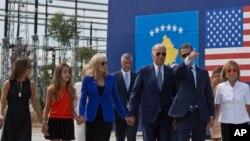 Le nouveau président américain Joe Biden (3e avant à d), sa femme, le Dr Jill Biden (3e à g), et d'autres membres de la famille marchent le long de la route nationale nommée d'après son défunt fils Joseph R. «Beau» Biden III, à Sojevo, Kosovo, le 17 août 2016. (AP/Visar Kryeziu)