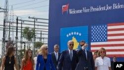 Američki potpredsednik Džo Bajden sa suprugom Džil i drugim članovima porodice u šetnji magistralnim putem nazvanim po njegovom pokojnom sinu Džozefu Bo Bajdenu.