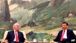 El presidente de China, Xi Jinping, se reúne con el secretario de Estado estadounidense, Rex Tillerson, en el Gran Salón del Pueblo de Beijing, China, el domingo 19 de marzo de 2017.