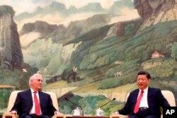 렉스 틸러슨 미국 국무장관(왼쪽)이 18일 베이징에서 시진핑 중국 국가주석과 회담했다.