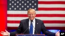 Candidato republicano, Donald Trump, na sua acção com os veteranos de guerra na Universidade de Drake em Des Moines, Iowa, Jan. 28, 2016.