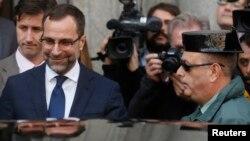 Embaixador americano, James Costos no momento que abandona o ministério dos negócios estrangeiros da Espanha, depois de sua convocação pelo governo espanhol.