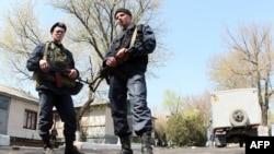 Cảnh sát Ukraine canh gác tại căn cứ quân sự ở thành phố phía đông nam của Mariupol, ngày 17/4/2014.