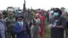 Maheshe et ses lieutenants brandissent des armes à remettre, en RDC, le 20 mai 220. (VOA/Ernest Muhero)