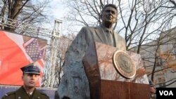 Patung mantan Presiden AS, mendiang Ronald Reagan diresmikan di Warsawa, Polandia (21/11).