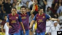 Pemain Barcelona, dari kiri: Adriano Correia, Lionel Messi, dan David Villa (foto: dok). Barca menandatangani kontrak senilai $ 40 juta per tahun dengan Qatar Sports Investment pada tahun 2011.