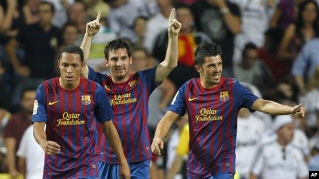 Adriano Correia (kiri) bersama Lionel Messi dan David Villa saat bertanding melawan Real Madrid (foto: dok). Adriano mengalami cedera kaki dan absen dalam pertandingan Barca melawan Cordoba.