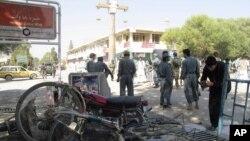 1일 아프가니스탄 카불 남부의 코스트 시 인근에서 벌어진 자살 폭탄 테러 현장.