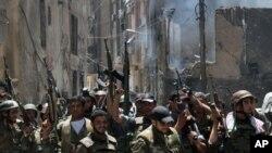 Pasukan pemerintah Suriah merayakan kemenangan setelah merebut beberapa wilayah di Damaskus dari tangan pemberontak (20/8).