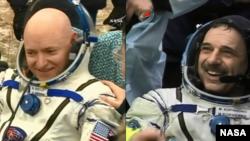 El astronauta de la NASA y comandante de la expedición 46, Scott Kelly y su compañero ruso Mikhail Kornienko a su llegada a la Tierra tras una histórica misión de 340 día a bordo de la Estación Espacial Internacional. Marzo 2, 2016.