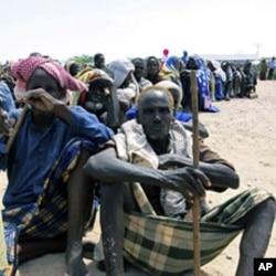 索马里人等待联合国难民署粮食救援