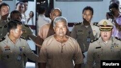 陆军准将马纳斯·空帕恩有军官陪同到达泰国曼谷的刑事法庭(2015年11月10日)