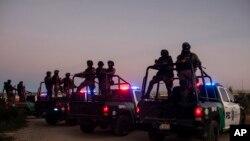 Meksička policija čuva stražu blizu rijeke Rio Grande u mjestu Siudad Akuna, u zoru 23. septembra 2021.