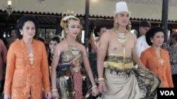 Pengantin puteri GKR Bendoro dan pengantin pria KPH Yudonegoro dengan Paes Ageng gaya Yogyakarta (18/10).