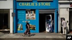 ມຸມມອງດ້ານນອກທີ່ສະແດງໃຫ້ເຫັນ ຮ້ານຄ້າຂອງຊາຣລີ (Charlie's Store) ເປີດຕາມປົກກະຕິ, ເຊິ່ງກ້ອງວົງຈອນປິດ ຈາກພາຍໃນຮ້ານນີ້ ສະແດງໃຫ້ເຫັນ ນາງ ດອນ ສເຕີຣແຈັສ(Dawn Sturgess) ມື້ວັນກ່ອນ ທີ່ນາງໄດ້ລົ້ມປ່ວຍສາຫັດ ໃນເມືອງ ເອມສເບີຣີ ຂອງອັງກິດ, ວັນທີ 6 ກໍລະກົດ 2018.