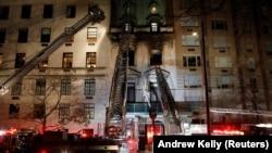 Vatrogasci intervenišu u večerašnjem požaru u zgradi srpske misije u Njujorku (Foto: Reuters/Andrew Kelly)