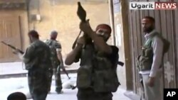 Para tentara pemberontak Suriah berkumpul di salah satu sudut kota Aleppo, yang berhasil mereka rebut dari pasukan pemerintah (29/9).