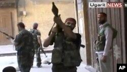 28일 시리아 알레포에서 정부군에 맞서 교전을 벌이는 반정부군의 동영상 모습을 방영하는 우거릿 뉴스