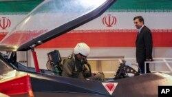"""Predsednik Irana Mahmud Ahmadinedžad u društvu pilota novog aviona tipa """"Kaher 313"""""""