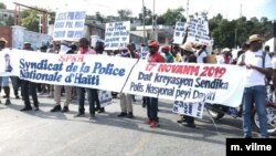 Members of Haiti's national police force protest to demand better work conditions, Nov 17, 2019, Port au Prince. (Photo: M. Vilme/VOA)
