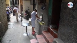 Barbero adolescente atiende a sus vecinos en barriada de Caracas