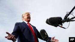美国总统特朗普在乘坐空军一号飞往新罕布什尔州参加集会前接受记者采访(2019年8月15日)。